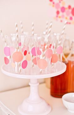 Adorna los vasos para una fiesta puntos con pegatinas de círculos / Decorate the cups for a polka-dot party with round stickers