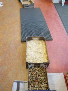 Blote voetenpad. Kurken, zaagsel en een schuimrubber mat. Nutsschool Maastricht