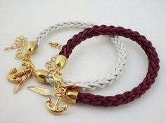 Viktoria vom DaWanda Shop Viktoria Boldt zeigt Dir in diesem Video, wie Du ein wunderschönes Armband aus Leder flechten kannst.
