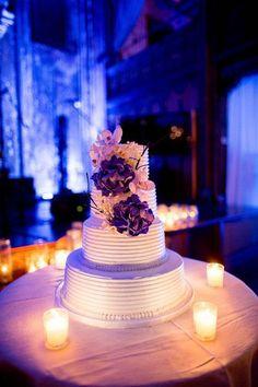 Pièce montée 2017  L'éclairage dramatique et les bougies votives entourent ce gâteau de mariage à quatre niveaux