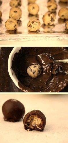 Gesztenyés bonbon!  Gesztenye masszába keverünk csokipasztillát ,majd golyócskákat formázunk belőle. Felolvasztunk egy tábla fekete csokoládét és belemártjuk! Tökéletes egyszerű vendégváró bon bon!  - by Kadi Fatiha Torta Designer