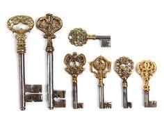 Sechs Hohldorn- und ein Volldornschlüssel. Dieser größer als die anderen und mit schönem symmetrischen Mittelbruchbart und Messinggesenk. Alle Schlüssel ...