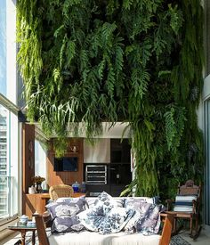 Plant wall Travel with Travelon bags! Living Green Wall, Green Wall Decor, Living Walls, Living Room, Interior Garden, Interior Exterior, Vertikal Garden, Vertical Green Wall, Outdoor Living