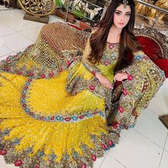 Indian Bridal Photo-Shoot Ideas and Images Pakistani Mehndi Dress, Bridal Mehndi Dresses, Pakistani Fashion Party Wear, Pakistani Wedding Outfits, Bridal Dress Design, Pakistani Wedding Dresses, Pakistani Dress Design, Bridal Outfits, Indian Outfits