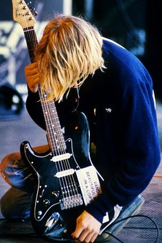 This is one of my favorite pictures of kurt. I absolutely love this guitar ♥