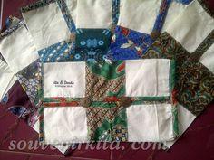 Souvenir pernikahan Cover Tissue Blaco. Kombinasi kain batik dan kain blaco menambah elegan tampilan cover tissue ini. Harga hanya Rp 5.500,- sudah termasuk gratis kemasan plastik, tali pita, cetak nama dan kartu ucapan.