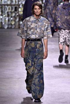 Dries Van Noten Spring 2017 Menswear Fashion Show Trendy Mens Fashion, Gents Fashion, Spring Couture, Zara New, Androgynous Fashion, Sartorialist, Textiles, Fashion Show, Fashion Design