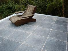 mooi - let op effect voegen! Garden Tiles, Patio Flooring, Outdoor Furniture, Outdoor Decor, Garden Inspiration, Floor Chair, Home Projects, Sun Lounger, Outdoor Living