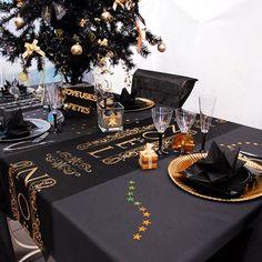 Chemin de table Noel pailleté noir et or Christmas Table Settings, Christmas Table Decorations, Decoration Table, Christmas Colors, Christmas Time, Home Party Games, Graduation Party Centerpieces, Deco Table Noel, Table Set Up