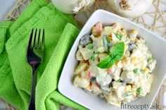 If you like potato salad, but you would like to try it in a lighter and less caloric form, try to make it using cauliflower and yogurt. Its taste is not so different from the cl. Cauliflower Potatoes, Cauliflower Salad, Salada Light, Classic Potato Salad, Desserts Sains, Healthy Alternatives, Other Recipes, Main Meals, Fett