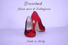 """CODICE TM013- #Decoltècamoscio- #calzaturedonna colore rossonero-piccola #testadimoro in #ceramicadicaltagirone #ceramicadipintaamano  incastonata nel tacco di 10cm SKU TM013- #Suedetexturedécolleté #shoes with #ceramicofCaltagirone """"testa di moro"""" embedded in the heel of 10 cm"""