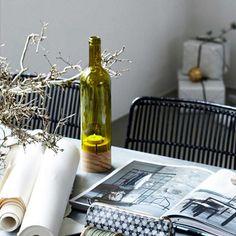 Oh - la mezcla de materiales es ideal en esta portavela de forma de botella #shopnordico #tiendaonlinedeco #housedoctor