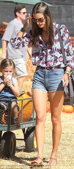 Fancy seeing you here! Jessica Alba bumps into Alessandra Ambrosio as they take their children to the pumpkin patch Casual Outfits, Summer Outfits, Cute Outfits, Alessandra Ambrosio Style, Pumpkin Patch Outfit, Bohemian Mode, Jessica Alba, All About Fashion, Look Fashion