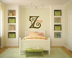 chambre d`enfant avec des armoires et paniers