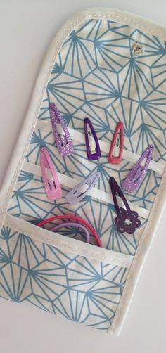 Tuto couture – cousez facilement cette pochette de rangement pour barrettes et … Sewing Hacks, Sewing Tutorials, Sewing Crafts, Sewing Patterns, Tutorial Sewing, Diy Couture, Couture Sewing, Sewing Projects For Kids, Sewing For Kids