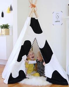 tuto tipi enfant interieur, toile blanche à grosses taches noirs, tapis blanc, un coin de jeu et de divertissement