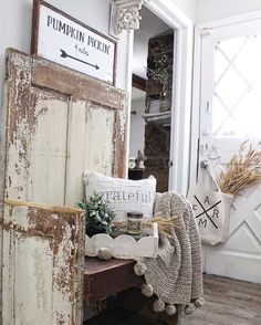 Absolutely gorgeous farmhouse fall decorating ideas - New Deko Sites Shabby Chic Flur, Shabby Chic Entryway, Rustic Farmhouse Entryway, Fall Entryway, Shabby Chic Homes, Shabby Chic Furniture, Shabby Chic Decor, Entryway Decor, Modern Farmhouse