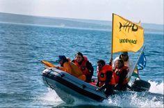1999. Activistas de Greenpeace tratan de detener el barco factoria Anabella M en Puerto Madryn. La acción se emarca en la campaña de pesca que denunció la sobreexplotación que amenaza con extinguir la merluza en Argentina.    © Greepeace