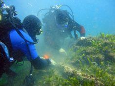 subacquei al lavoro sui resti del relitto di Stentinello