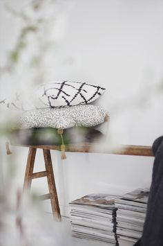 love the wood bench with pillows, and stack of magazines underneath Nordic Design, Scandinavian Design, Inspiration Design, Rustic Bench, Nordic Home, Interior Decorating, Interior Design, Beautiful Space, Living Room Interior
