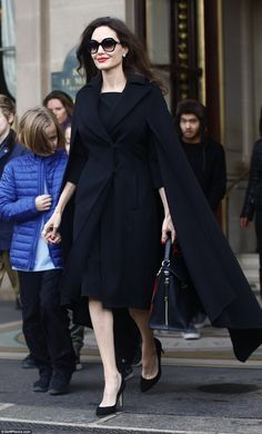 Angelina Jolie meets French First Lady Brigitte Macron Angelina Jolie Pictures, Angelina Jolie Photos, Beauty And Fashion, Fashion Looks, French First Lady, Estilo Gigi Hadid, Louvre, Jd Sports, Elegant Outfit