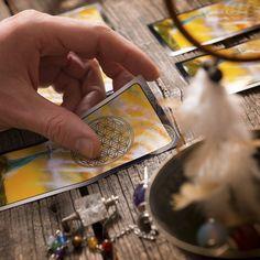 Conheça o simbolismo das cartas do Baralho Cigano e deixe sua sorte ser revelada.