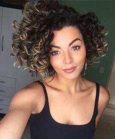 Entre o amor e o ódio com o cabelo curto ❤️ saudade dos penteados bem elaborados, mas amando a praticidade e a fineza dos cachos curtos! Quem mais vive isso? Hahahah