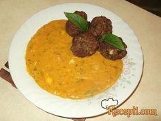 Recept za Ćufte od mlevenog mesa sa sosom od bundeve. Za spremanje ovog jela neophodno je pripremiti mleveno meso, jaja, biber, luk, prezle, slaninu, maslinovo ulje, bundevu, nanu, soja sos.