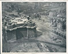 Zoo flak tower, around it the remains of Berlin after the was was over. Nope, as many has stated this is in fact Flakturm IV in Heiligengeistfeld, Hamburg, still standing to this day. Architecture Bauhaus, Le Corbusier Architecture, Torre Flak, Flak Tower, Underground Bunker, Ww2 Photos, Air Raid, German Army, Luftwaffe