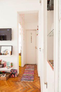 Carolina y Nacho. Departamento de dos ambientes + balcón. En Palermo, Ciudad de Buenos Aires. Small Apartment Plans, Small Apartments, Apartment Living, Minimalist Home, House Colors, Sweet Home, Room Decor, Palermo, Furniture