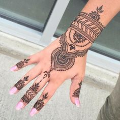 Henna tattoos While traditional mehndi is synonymous with Indian weddings, many modern Indian brides have started opting for contempo. Henna Tattoo Hand, Henna Tattoo Designs, Henna Tattoo Muster, Cute Henna Designs, Henna Designs Feet, Bridal Henna Designs, Beautiful Henna Designs, Mehndi Designs For Hands, Henna Mehndi