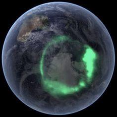 Vanuit de ruimte zijn aurora's kronen van licht rond beide polen van de Aarde. De IMAGE-satelliet nam deze foto van de Aurora Australis (het zuiderlicht) op 11 september 2005. Afbeelding: Ruimtefoto's van NASA (© NASA)