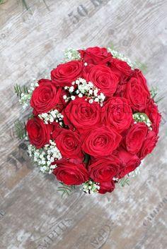 Brautstrauß Hochzeitsfloristik von schubberts.de Kugel Rosen Rot Red Naomi Schleierkraut weiß