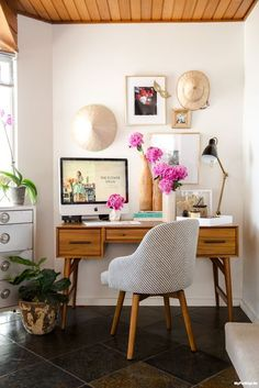 The wood ceiling helps to warm up a mid-century modern home office. A cozy little work space, it shows how to include meaningful elements without appearing cluttered.