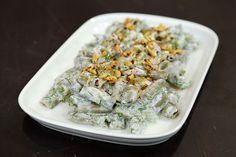 Bakla Borani Malzemeleri Zeytinyağı 1 adet orta boy kuru soğan 500 gr. taze bakla 1 su bardağı su 1 tutam un 1 adet limon suyu Tuz Karabiber  Sarımsaklı Yoğurt için Malzemeler 1 su bardağı yoğurt 2 diş sarımsak ¾ bağ dereotu  Üzeri için Malzemeler 3 yemek kaşığı tereyağı 1 yemek kaşığı Ayçiçek yağı 2 yemek kaşığı çam fıstığı Pul biber Baklalarınızı yıkayın ve temizleyin, 2 – 2,5 cm kalınlığında dilimleyin. Derin bir kaba limon suyu, un ve su karışımı yapın ve baklaları kararmaması için bu…