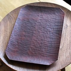 Love the way the trays by Yusuke Tazawa catch the light. Here he has used a red plant dye to colour the surface, very impressive #oen #handmade #handcrafted #design #japan #japanese #buy #gift #craft #wood #woodwork #woodturner #woodworking
