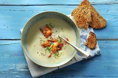 De zachte smaak van bloemkool doet het heel goed samen met de gerookte zalm in deze soep. - recept - Allerhande