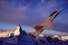 © Swiss Air Force - A F / Hornet in flight above the Swiss snow-capped mountains. Military Weapons, Military Aircraft, Zermatt, Fighter Pilot, Fighter Jets, Fun Fly, Where Eagles Dare, Swiss Air, United States Navy