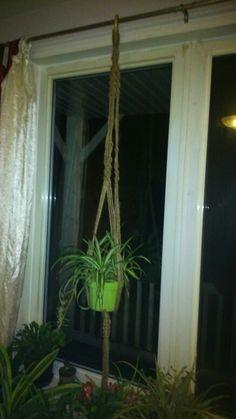 Accroche pot en macramé Plant Hanger, Plants, Home Decor, Homemade Home Decor, Flora, Plant, Decoration Home, Planting, Interior Decorating