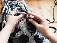 DIY tutorial: Knit a Textile Yarn Rug  via en.DaWanda.com