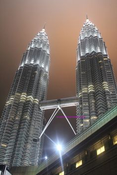 Petronas Towers >> www.tauyanm.com Petronas Towers, Out Of This World, Hotels And Resorts, Southeast Asia, Wonderful Places, Empire State Building, Travel Style, Laos, Singapore