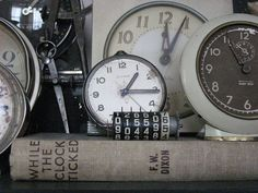 Love the clocks and the book about clocks together. My kind of displaying!