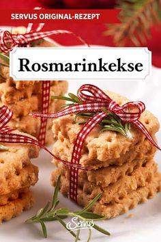 Was passt besser in die Vorweihnachtszeit als eine Tasse süßer Punsch und dazu ein paar Rosmarinkekse? Das Gewürz verleiht den Plätzchen das gewisse Etwas. #rosmarinkekse #kekse #plätzchen #keksrezepte #plätzchenrezepte #rezept #rezeptideen #weihnachtskekse #weihnachtsplätzchen #keksebacken #plätzchenbacken #weihnachtsbäckerei #servus #servusmagazin #servusinstadtundland Chicken, Food, Punch, Baking Cookies, Couple, Food Food, Meals, Yemek, Cubs