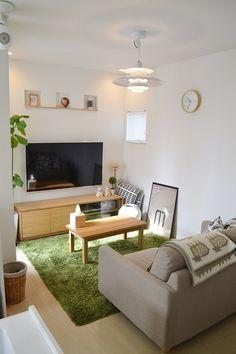 北欧インテリアのお手本のようなリビング。テレビボードやソファは無印良品だそうです。家具の選び方や色使いがとても参考になります。