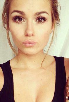 Gorgeous eye makeup. Voluminous lashes, gel liner, inner corner highlight and brown eyeshadow in the crease <3
