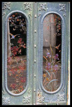Beautiful Painted Doors ❤ paint glass on downstairs door? Knobs And Knockers, Door Knobs, Door Handles, Cool Doors, Unique Doors, Portal, When One Door Closes, Door Entryway, Door Gate