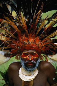 Aboriginal man wearing tribal headdress (Australia) / junglespourpres / peinture-de-corps / coiffe / visage