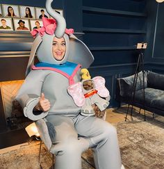 Pregnant Katy Perry breaks down in tears as American Idol contestant Dillon James sings Elephant Costumes, Lionel Richie, Old Singers, She Song, Teenage Dream, Orlando Bloom, American Idol, Blog Design, How To Raise Money