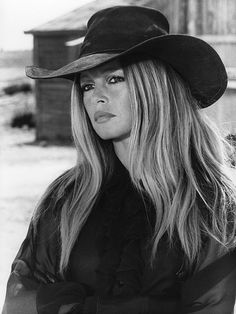 Bandit Babes of the Wild West - Brigitte Bardot straight scowlin' in Les Petroleuses Bridgitte Bardot, Photo Star, French Actress, Look Vintage, Western Hats, Hairstyles With Bangs, Belle Photo, Divas, Movie Stars