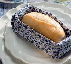 Com tecido mais estruturado, o guardanapo vira uma cestinha para o pão. Um mimo para os convidados